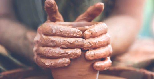 Potter fabriquant de la poterie sur la roue