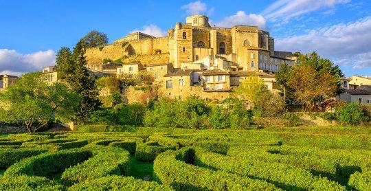 Jardin labyrinthe sous la ville et le château de Grignan, Drome, France